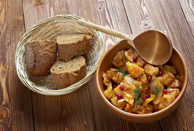 Bigos - traditioneller fleisch- und kohleintopf, typisch für die polnische, litauische, belarussische und ukrainische küche