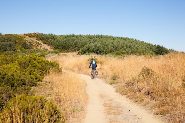 Biker auf dem jakobsweg