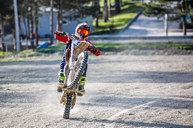 Biker auf motorrad stunts beim fahren am hinterrad