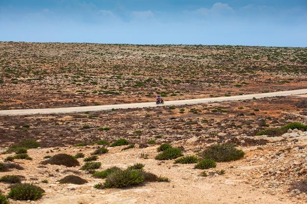 Biker entlang der straße von lampedusa