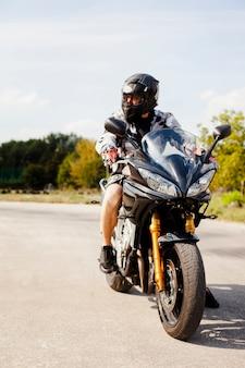 Biker fahren auf der straße