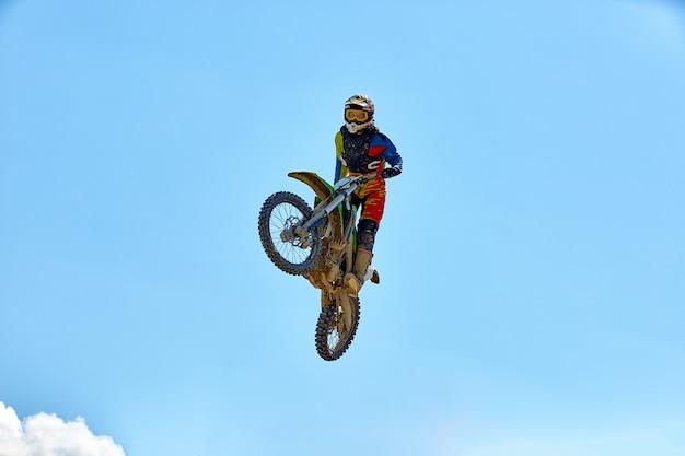Biker macht den trick und springt in die luft. extremes konzept, adrenalin.
