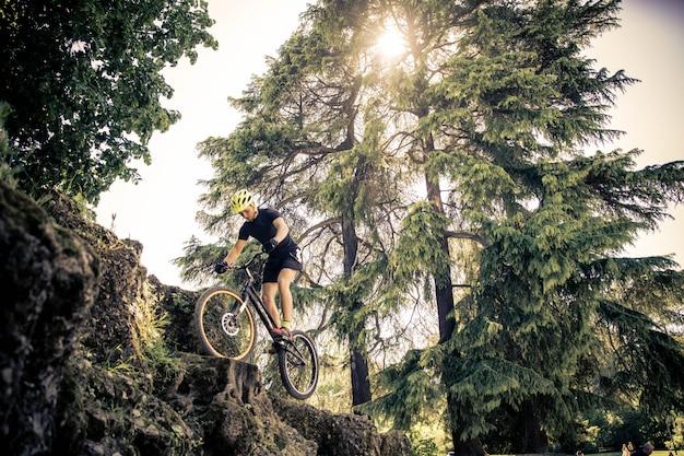 Biker macht tricks auf dem fahrrad