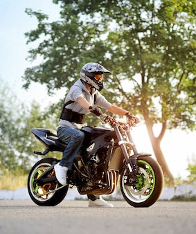 Biker posiert mit sportmotorrad