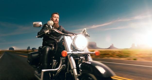 Biker reitet auf hubschrauber, nachtstraßenabenteuer im wüstental. vintage fahrradfahrer auf motorrad, freiheit lebensstil, radfahren