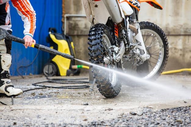 Biker wäscht ein motorrad