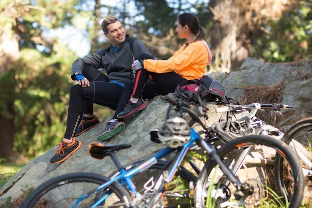 Bikerpaar, das im wald miteinander interagiert