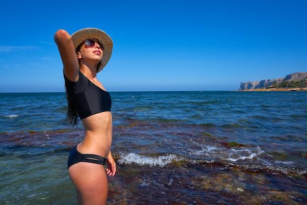 Bikinimädchen am sommermittelmeerstrand
