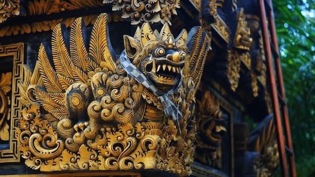 Bild der balinesestatue in einem tempel