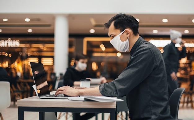 Bild der besucher im food court während der quarantänezeit. foto mit einem kopierraum