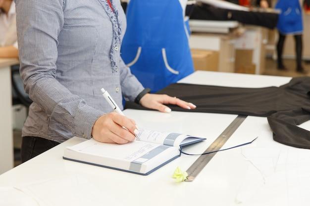 Bild der designerhände, die in der werkstatt arbeiten