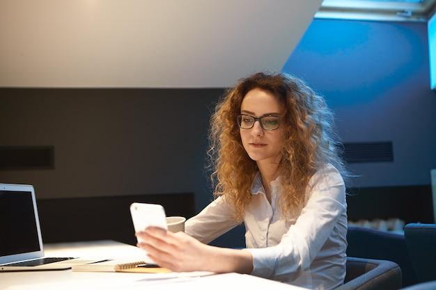 Bild der erfolgreichen jungen europäischen geschäftsfrau
