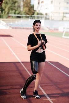 Bild der erstaunlichen starken behinderten sportfrau machen sportübungen im fitnessstudio.