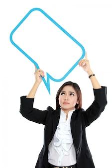 Bild der geschäftsfrau, die leere textblase in spezifikationen über kopf hält