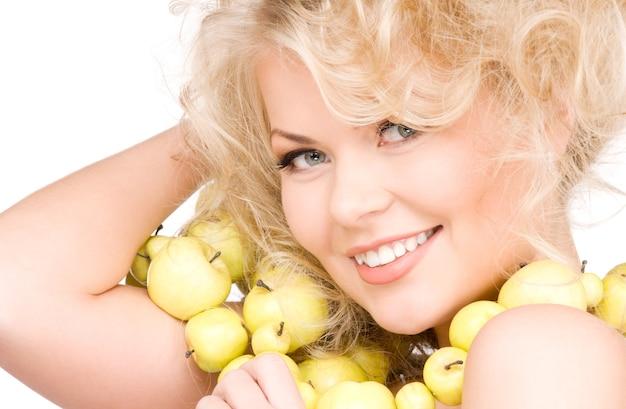 Bild der glücklichen frau mit den grünen äpfeln über weiß