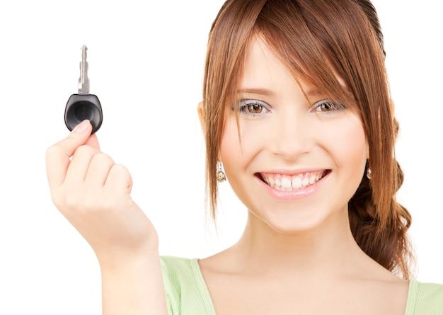 Bild der glücklichen teenagerin mit autoschlüssel