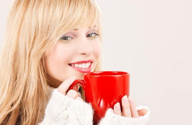 Bild der glücklichen teenagerin mit rotem becher