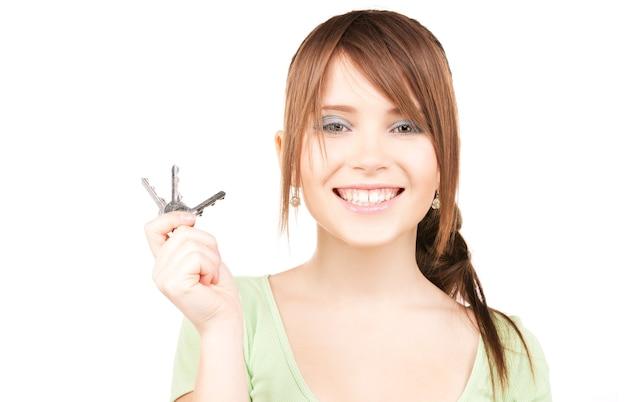 Bild der glücklichen teenagerin mit schlüsseln