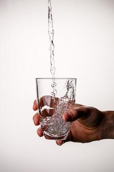 Bild der hand mit glas