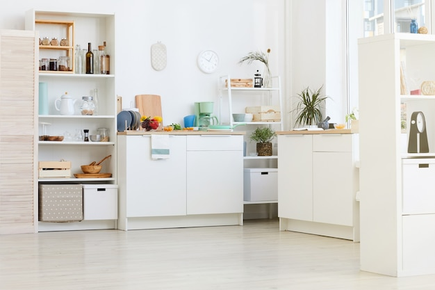 Bild der heimischen weißen küche mit küchenutensilien und lebensmitteln