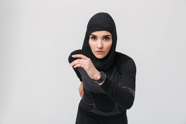 Bild der jungen frau, die fitness-muslim macht, isoliert, übung