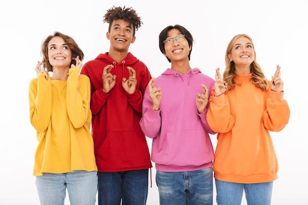 Bild der jungen gruppe von freunden studenten, die isoliert stehen und hoffnungsvolle geste zeigen.
