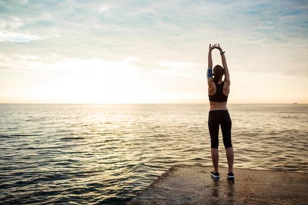 Bild der jungen schönen fitnessfrau macht sportübungen