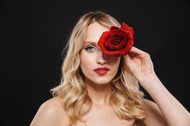 Bild der jungen schönen frau mit den roten lippen des hellen make-ups, die lokalisiert mit blumenrose aufwerfen.