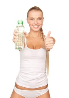 Bild der jungen schönen frau mit einer flasche wasser