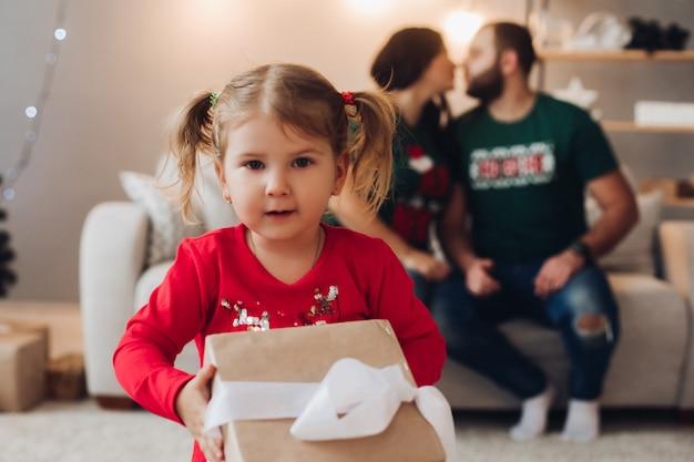 Bild der kaukasischen familie mit einem hübschen weiblichen baby feiert neujahr oder weihnachten