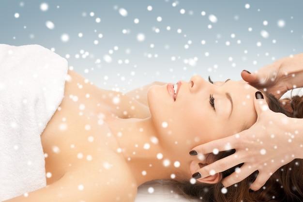 Bild der schönen frau im massagesalon mit schnee