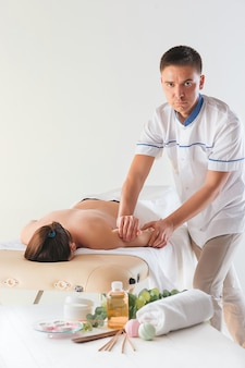 Bild der schönen frau im massagesalon