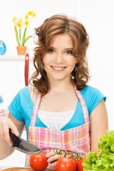 Bild der schönen frau in der küche.