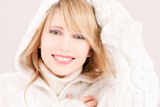 Bild der schönen teenagerin im hoodie