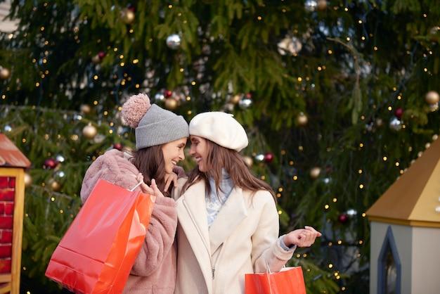 Bild der verliebten frauen zur weihnachtszeit