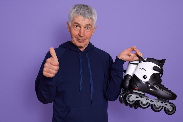 Bild des älteren mannes, der sportliche kleidung trägt