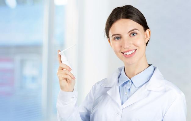 Bild des attraktiven weiblichen zahnarztes mit werkzeugen
