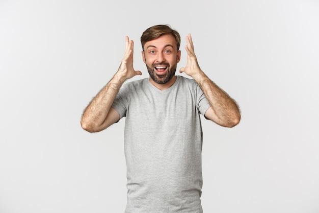 Bild des aufgeregten glücklichen kerls, der erstaunliche nachrichten hört