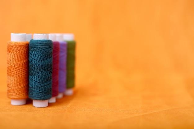 Bild des bunten threads der spule.