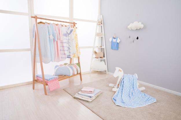Bild des geräumigen kinderraumes mit neuen möbeln