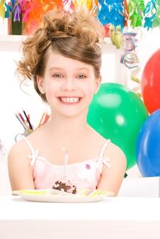Bild des glücklichen partygirls mit kuchen