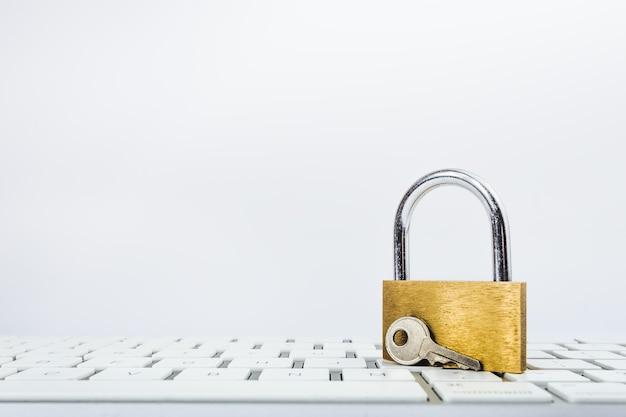 Bild des goldenen metallschlosses auf einer tastatur