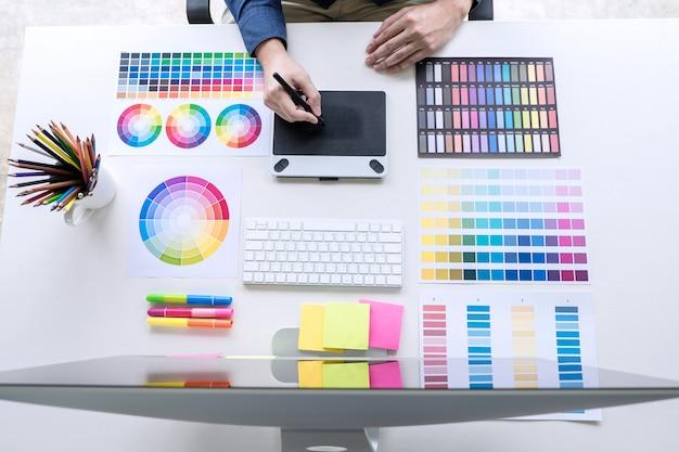 Bild des grafikdesigners arbeitend an farbauswahl und zeichnung auf grafiken