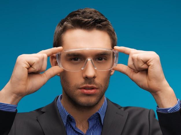 Bild des gutaussehenden geschäftsmannes in schutzbrille.