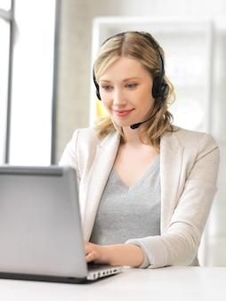 Bild des helpline-operators mit laptop-computer.