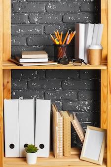 Bild des hölzernen brettes mit dokumenten im büro