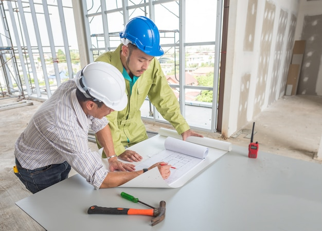 Bild des ingenieurstreffens für architekturprojektzeichnung. arbeiten mit partner- und engineering-tools am arbeitsplatz