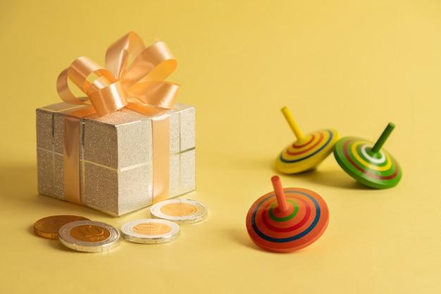 Bild des jüdischen feiertags chanukka mit geschenkbox
