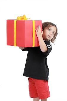 Bild des jungen mit großer geschenkbox lokalisiert über weißem hintergrund