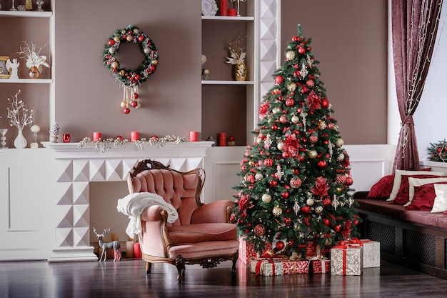 Bild des kamins und des verzierten weihnachtsbaums mit geschenk